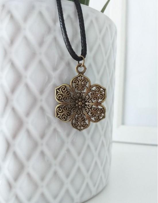 Colar com Flor de Lótus (cor de bronze)