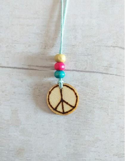 Colar de Madeira com Símbolo Paz e Amor